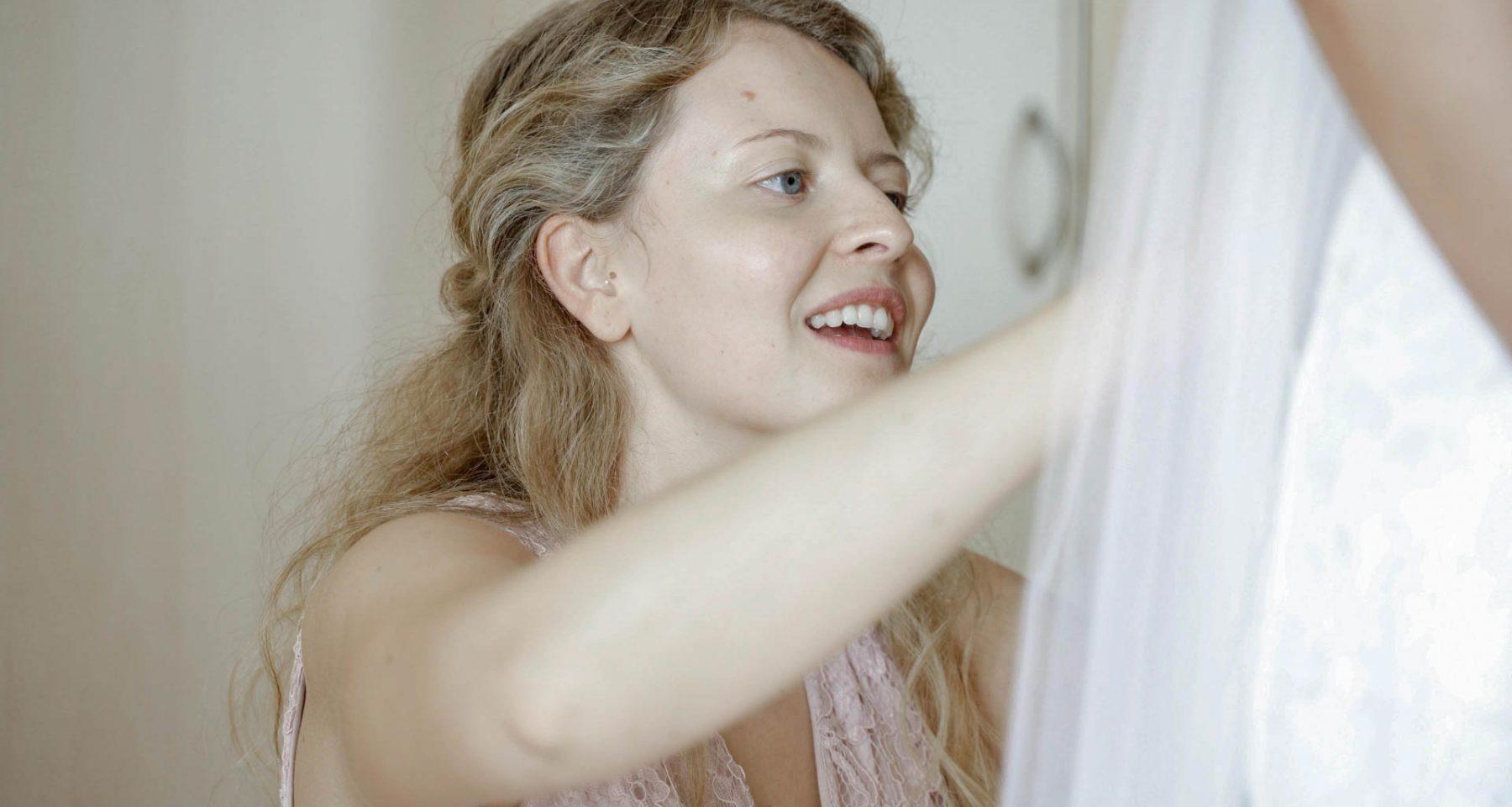 Trauzeugin bei der Brautkleidanprobe